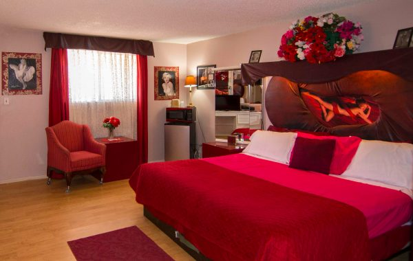 Marilyn Monroe room in red colours with sitting area and desk